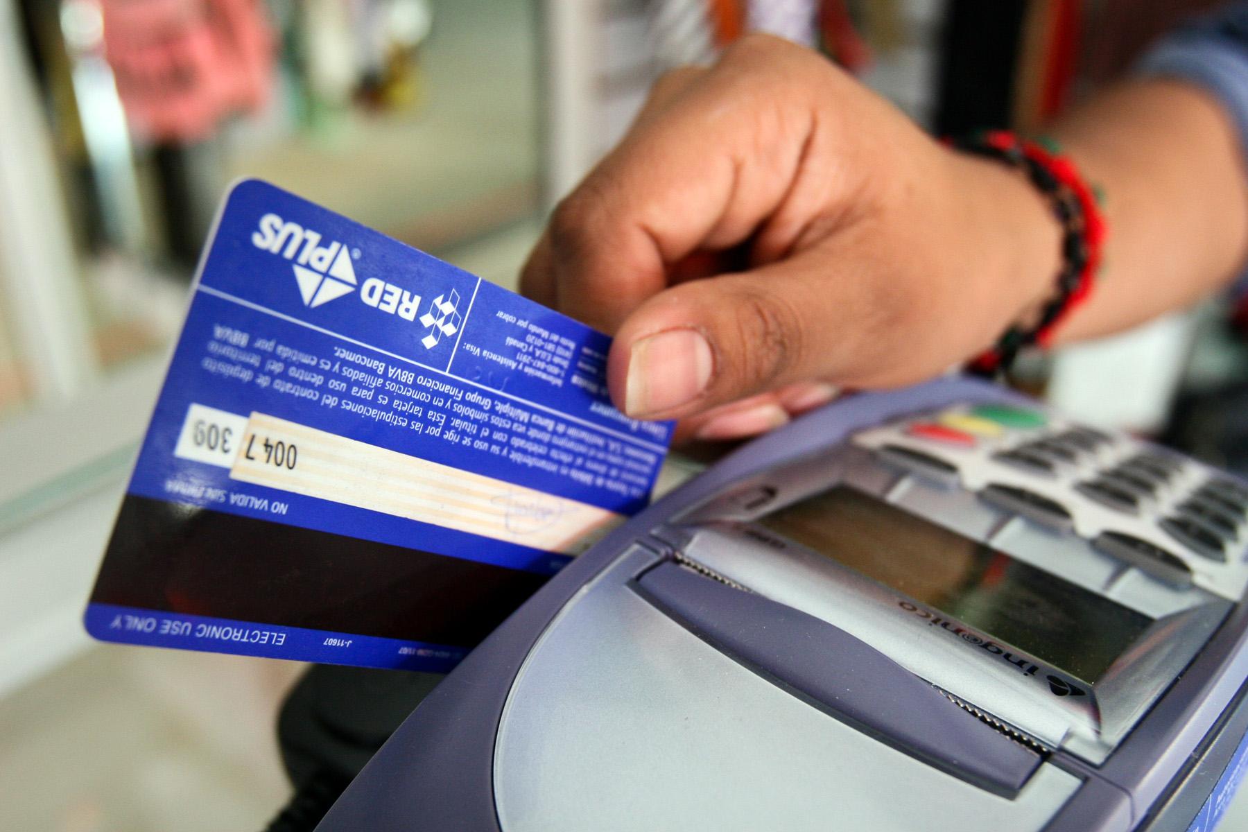 136 mil peruanos tienen deudas en tarjetas que superan 50 veces su ingreso mensual